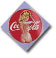 Mel Ramos Emaille The pause that refreshes, Frau sitzend im Coca Cola Logo